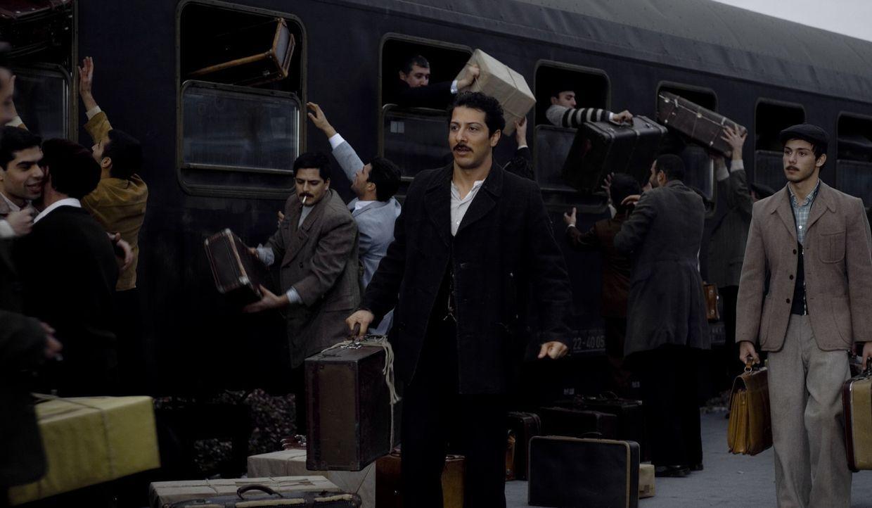 Ende der 60er Jahre kommt Hüseyin Yilmaz (Fahri Ögün Yardim, M.) als Gastarbeiter nach Deutschland - nichtsahnend, dass das der Beginn einer neue... - Bildquelle: 2011 ROXY FILM GMBH