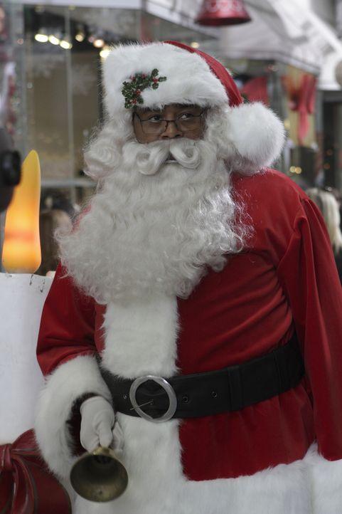 Um das Geschehen im Einkaufzentrum besser bewachen zu können, verkleidet sich Winston (Chi McBride) als Weihnachtsmann  ... - Bildquelle: 2011  Warner Bros.