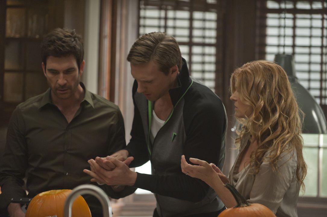Patrick (Teddy Sears, M.) hilft Ben (Dylan McDermott, l.) und Vivien (Connie Britton, r.) beim Schnitzen der Kürbisse, als sich Ben plötzlich in den... - Bildquelle: 2011 Twentieth Century Fox Film Corporation. All rights reserved.