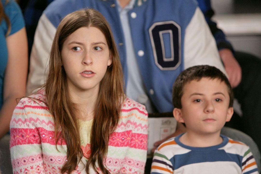 Als Sue (Eden Sher, l.) auf Brick (Atticus Shaffer, r.) aufpassen soll, endet das für sie in einer Blamage und für die beiden zusammen in einem groß... - Bildquelle: Warner Brothers
