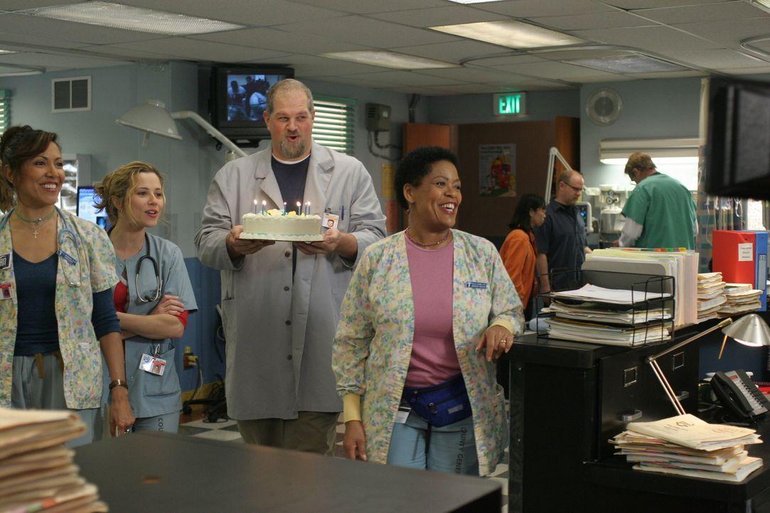 Überraschen Carter mit einer Torte zur Festanstellung: Chuny (Laura Ceron, l.), Sam (Linda Cardellini, 2.v.l.), Jerry (Abraham Benrubi, 2.v.r.) und... - Bildquelle: WARNER BROS