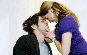 Jonas (Roy Peter Link, l.) und Katja (Karolina Lodyga, r.)