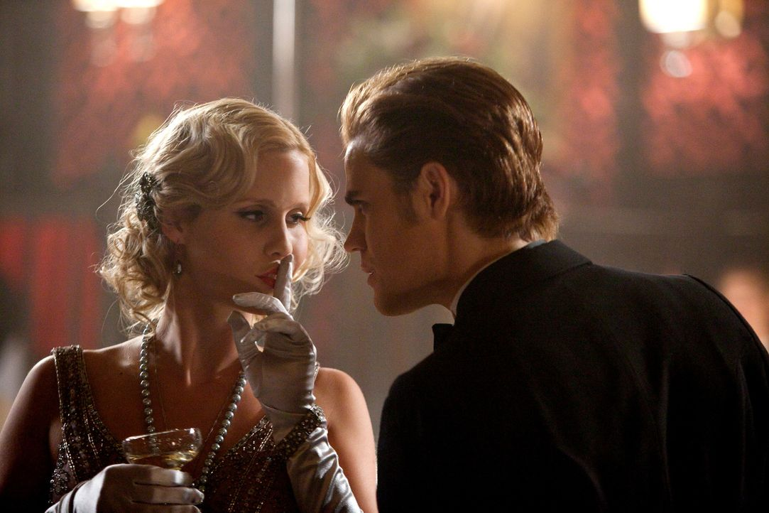 Rückblende: Rebekah (Claire Holt, l.) und Stefan (Paul Wesley, r.) kommen sich näher - zu nahe, in den Augen von Rebekahs Bruder Klaus ... - Bildquelle: © Warner Bros. Entertainment Inc.