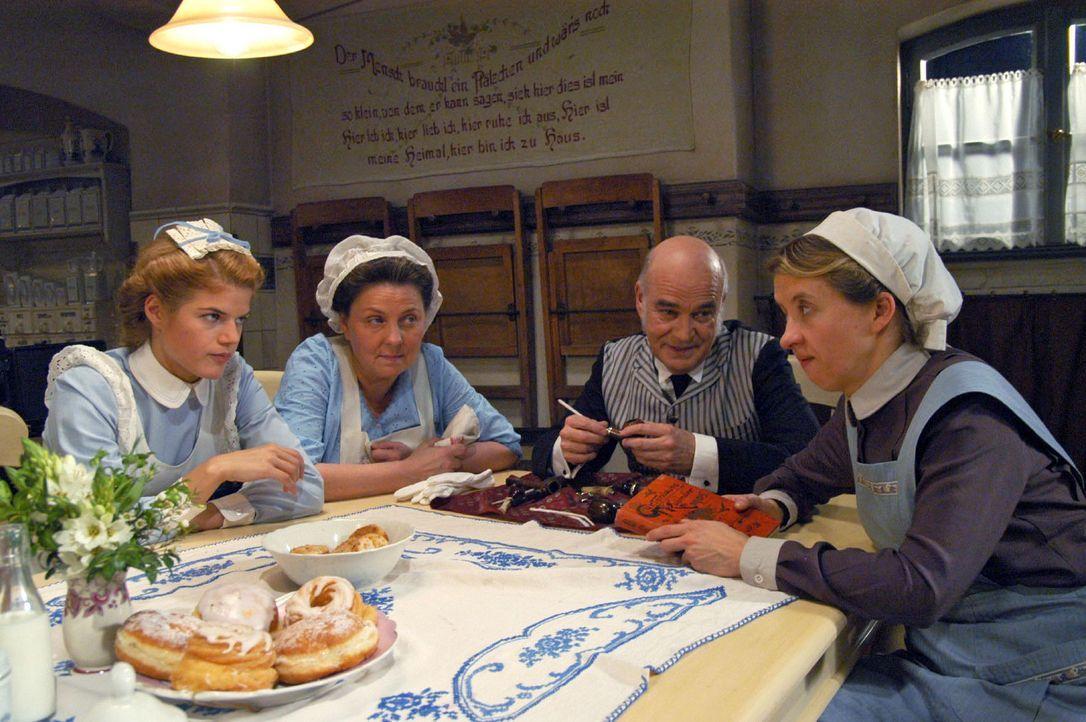 Fritzi ist nach Cornwall zu ihrer Tante abgereist. Anna (Annekathrin Bach, l.), Emma (Ramona Kunze-Libnow, 2.v.l.) und Guste (Anna Böttcher, r.) rät... - Bildquelle: Aki Pfeiffer Sat.1