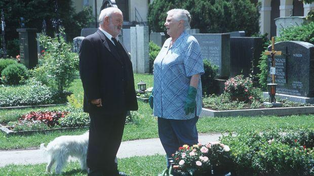 Resi Berghammer (Ruth Drexel, r.) pflegt das Familiengrab und trifft dabei au...