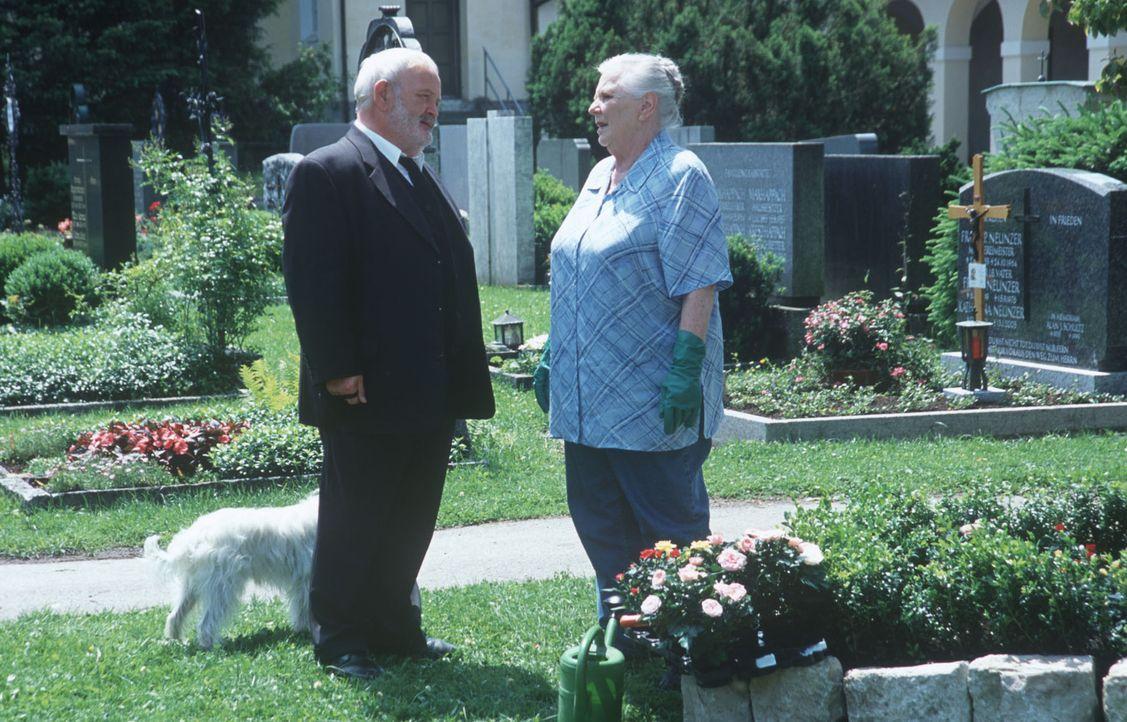 Resi Berghammer (Ruth Drexel, r.) pflegt das Familiengrab und trifft dabei auf Herrn Unertl (Michael Habeck, l.). Der Todestag ihrer Mutter stimmt s... - Bildquelle: Magdalena Mate Sat.1