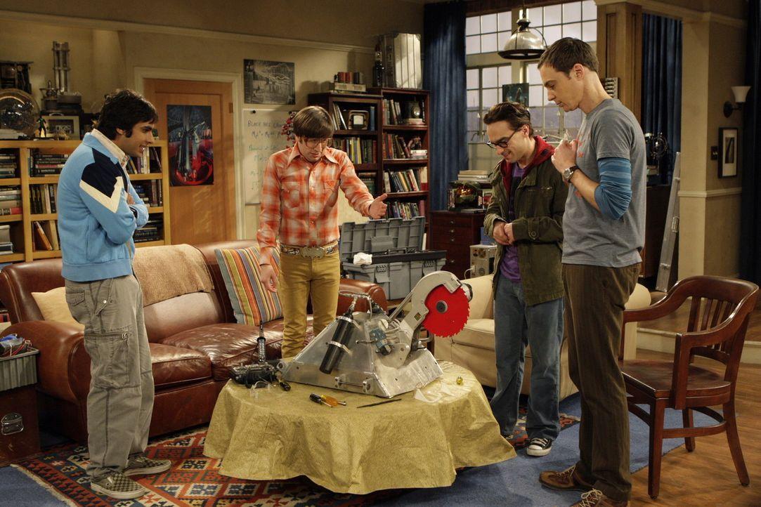 Gemeinsam haben Leonard (Johnny Galecki, 2.v.r.), Sheldon (Jim Parsons, r.), Rajesh (Kunal Nayyar, l.) und Howard (Simon Helberg, 2.v.l.) einen Kill... - Bildquelle: Warner Bros. Television