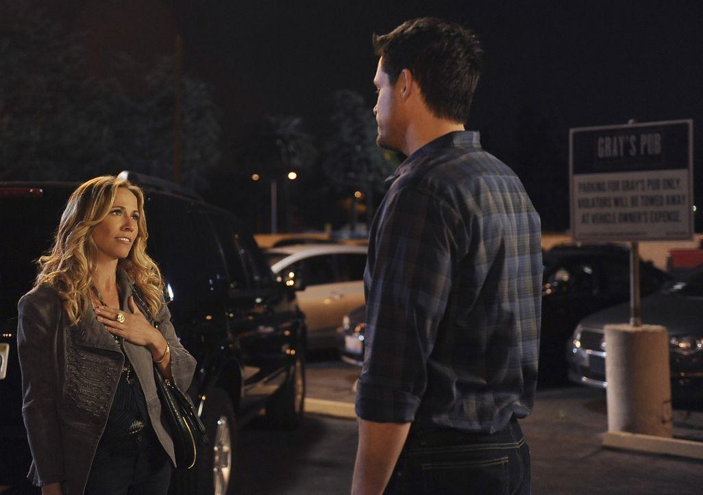 Grayson (Josh Hopkins, r.) lernt Sara (Sheryl Crow, l.) kennen und verabredet sich mit ihr. Sie hat keine Lust auf Smalltalk und kommt gleich zu Fra... - Bildquelle: 2009 ABC INC.