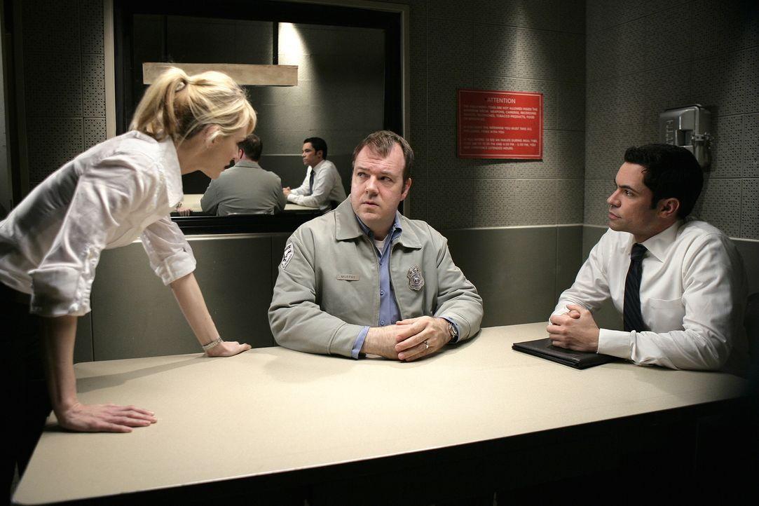 Fühlen Bernie (Rob Nagle, M.) auf den Zahn: Lilly (Kathryn Morris, l.) und Scott (Danny Pino, r.) ... - Bildquelle: Warner Bros. Television
