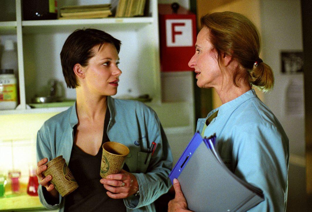 Hanna (Theresa Hübchen, l.) stellt ihrer Chefin Dr. Milberg (Carola Regnier, r.) Fragen zu den rätselhaften Vorgängen in der Klinik ... - Bildquelle: Sat.1