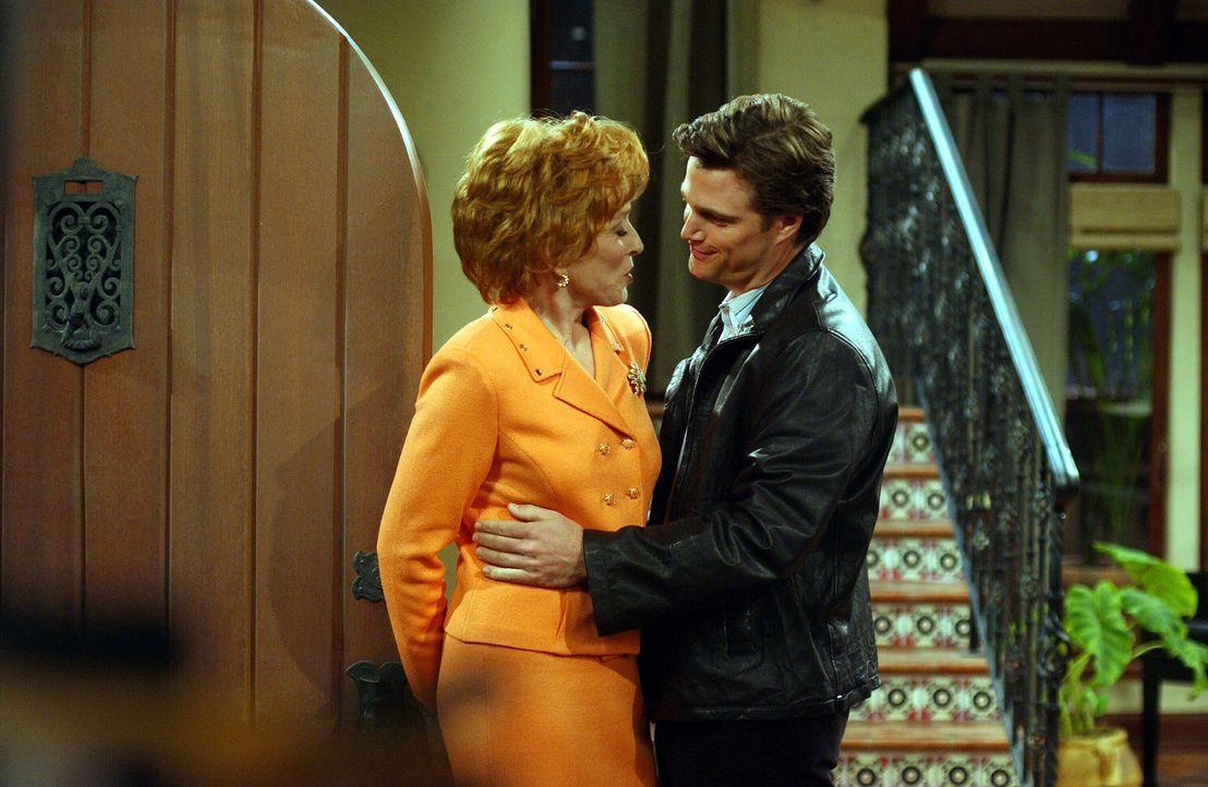 Nichts ahnend lässt sich Evelyn (Holland Taylor, l.) auf Bill (Chris O'Donnell, r.) ein ... - Bildquelle: Warner Brothers Entertainment Inc.