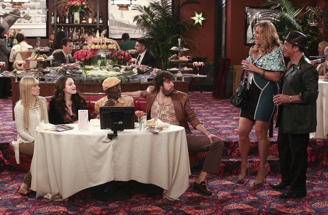Im Glücksspiel-Fieber: Caroline (Beth Behrs, l.) und Max (Kat Dennings, 2.v.l.), Earl (Garret Morris, 3.v.l.), Oleg (Jonathan Kite, 3.v.r.), Sophie... - Bildquelle: Warner Bros. Television