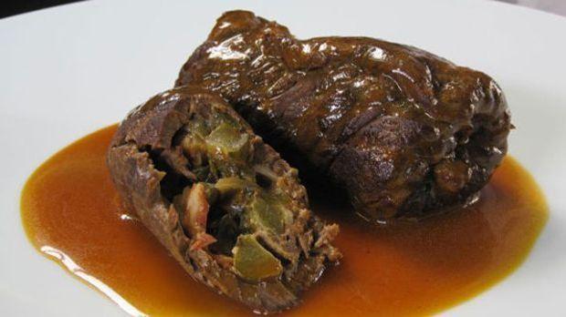 Das Rindfleisch wird mit Essiggurken, Zwiebeln und Bauchspeck gefüllt