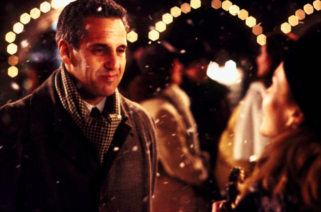 Der Immobilienmakler Signor Martini (Vincent Riotta, l.) steht Frances (Diane Lane, r.) bei ihrem Neuanfang in der Toskana bei ... - Bildquelle: Buena Vista International Inc.