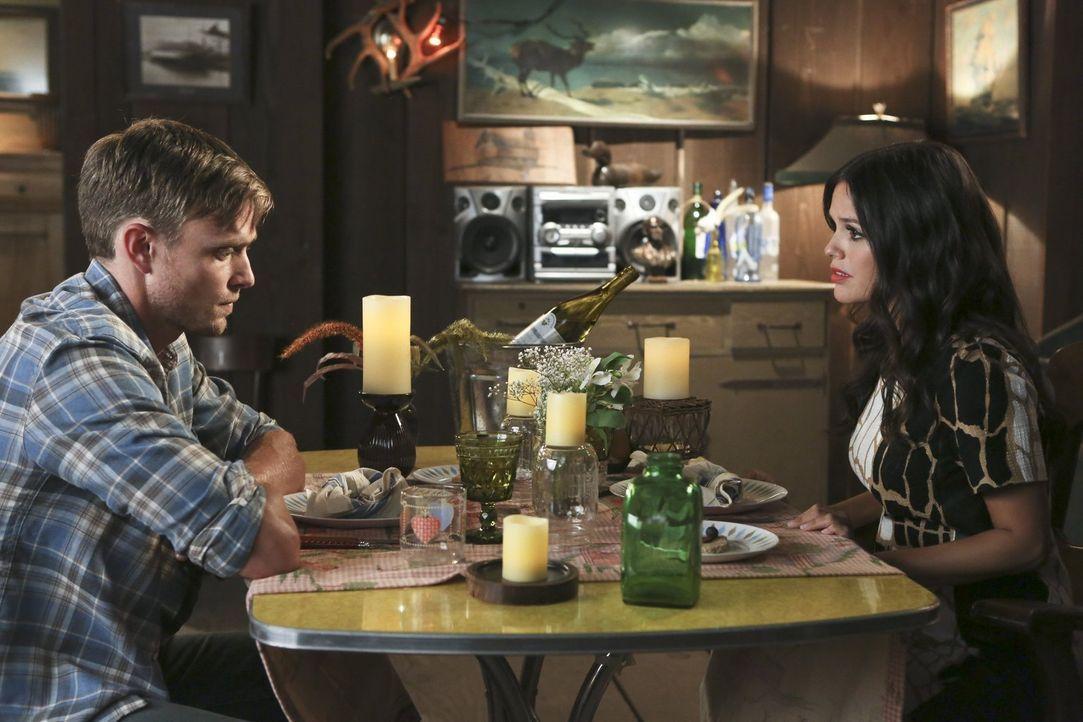 Zoe (Rachel Bilson, r.) tut alles, um Wade (Wilson Bethel, l.) davon zu überzeugen, wieder mit ihr zusammen zu sein. Doch dieser scheint von keiner... - Bildquelle: 2014 Warner Brothers