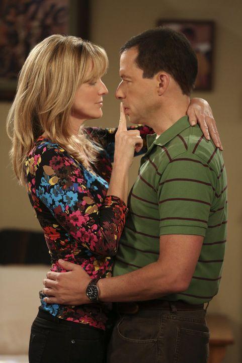 Alan (Jon Cryer, r.) lernt Lyndsey (Courtney Thorne-Smith, l.) von einer ganz anderen Seite kennen ... - Bildquelle: Warner Brothers