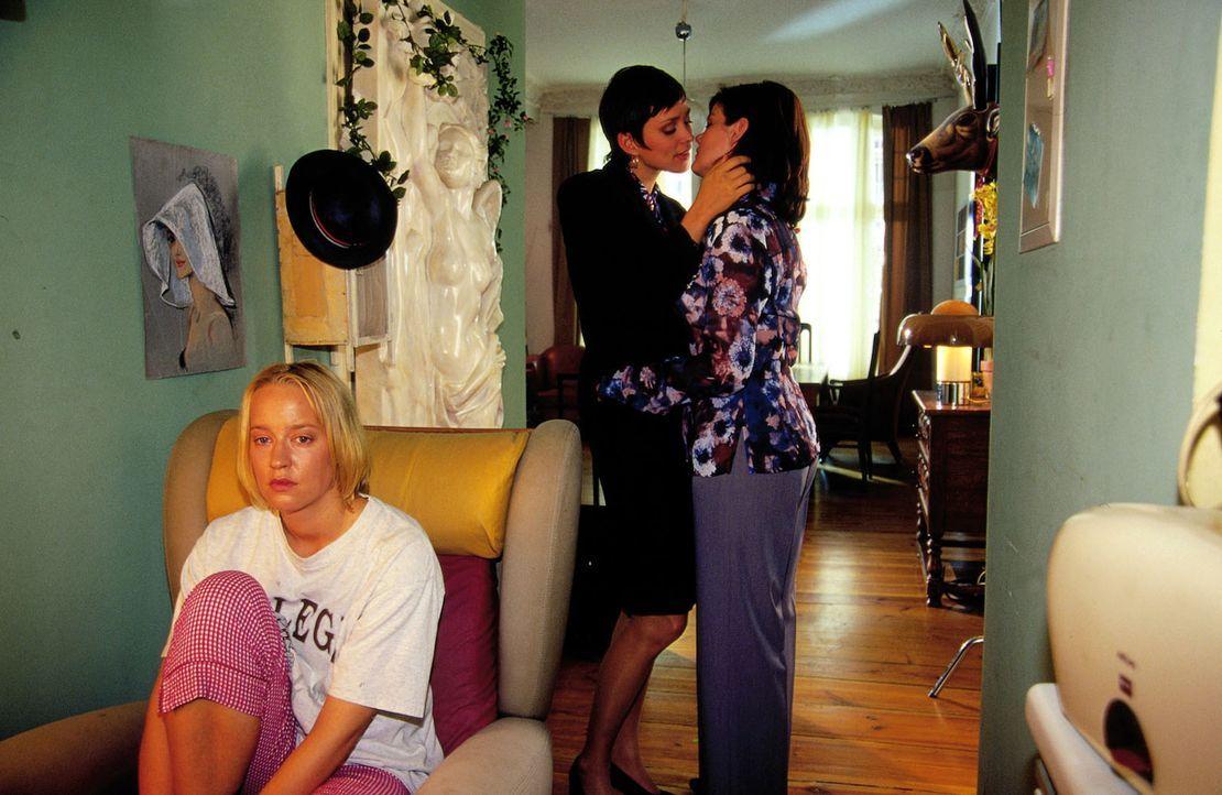 Enttäuscht und verletzt zieht Jule (Floriane Daniel, l.) zu Hause aus und bei ihren lesbischen Freundinnen Bianca (Birge Schade, r.) und Greta (Nike... - Bildquelle: Oliver Ziebe Sat.1