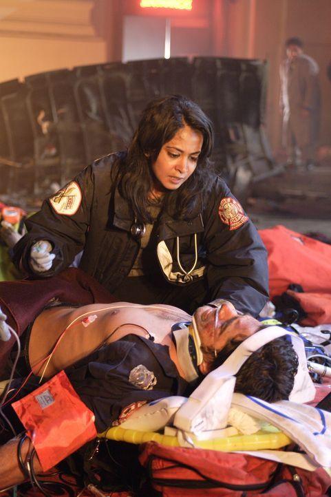 Neela (Parminder Nagra, oben) versucht alles um ihren Kollegen Tony Gates (John Stamos, unten) das leben zu retten ... - Bildquelle: Warner Bros. Television