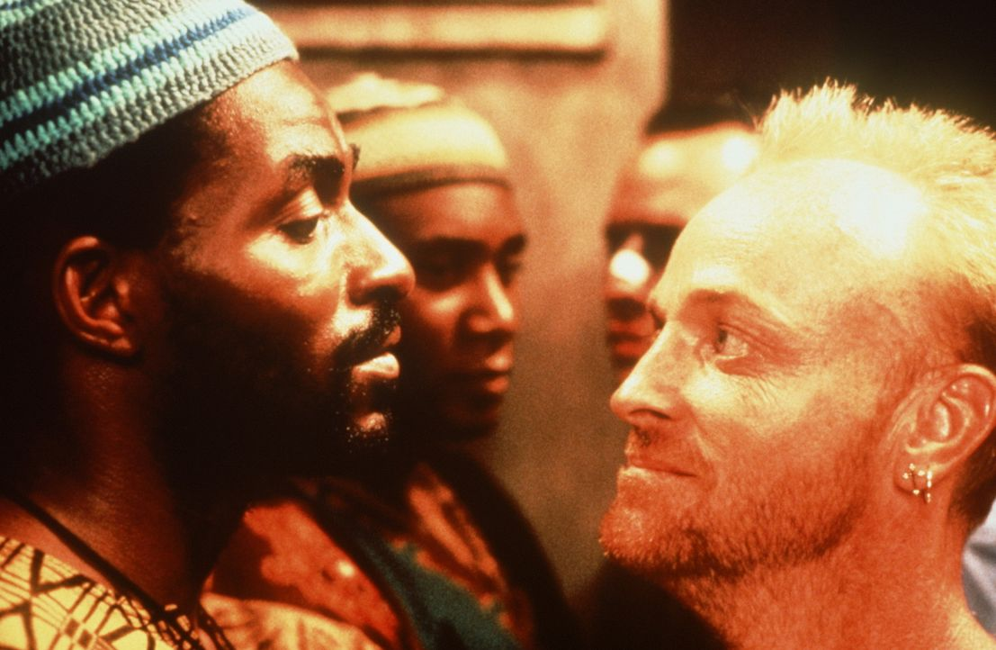 Feinde fürs Leben: Ali (Carl Lumbly, l.) und Buddha (Tim De Zarn, r.) ... - Bildquelle: Warner Bros.