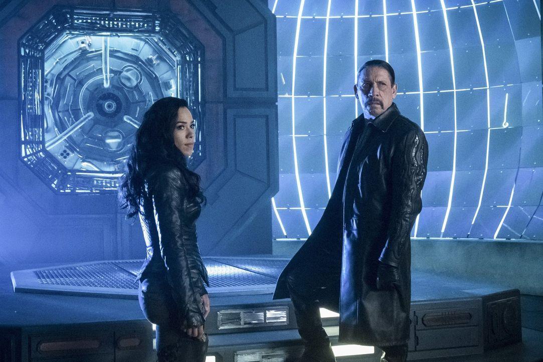 Kann Gypsy (Jessica Camacho, l.) schlichten, als ihr Vater (Danny Trejo, r.) Cisco einen unfreundlichen Besuch abstattet, weil er der Ansicht ist, d... - Bildquelle: 2017 Warner Bros.