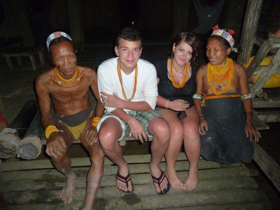Bei den Mentawai-Indianern auf Siberut Island tief im Indonesischen Dschungel und fernab der Zivilisation sollen die beiden Krawallkids Jarvis (2.v.... - Bildquelle: SAT.1