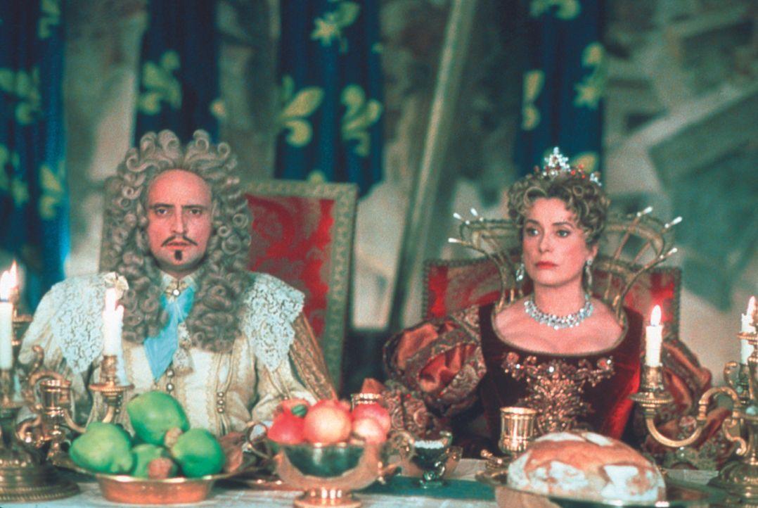 Im Visier gefährlicher Machenschaften: Ludwig XIII. (Daniel Mesguich, l.) und seine toughe Königin (Catherine Deneuve, r.) ... - Bildquelle: MDP Worldwide
