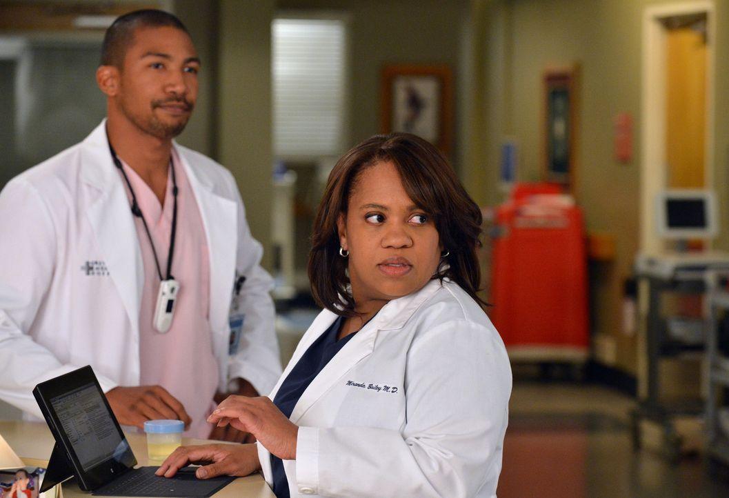 Jason (Charles Michael Davis, l.) werden ständig Streiche gespielt und dann macht er sich auch vor Miranda (Chandra Wilson, r.) noch völlig läche... - Bildquelle: ABC Studios