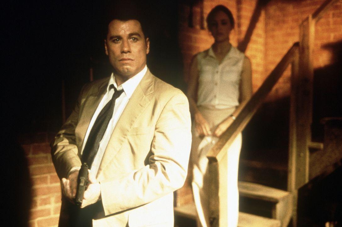 Während der Untersuchungen des Mordes an einem weiblichen Captain wird Sara Sunhill (Madeleine Stowe, r.) und Paul Brenner (John Travolta, l.) bald... - Bildquelle: Paramount Pictures