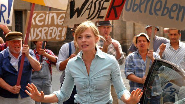 Martina Fechner (Susanna Simon, M.) versucht, die aufgebrachten Bauern zu ber...