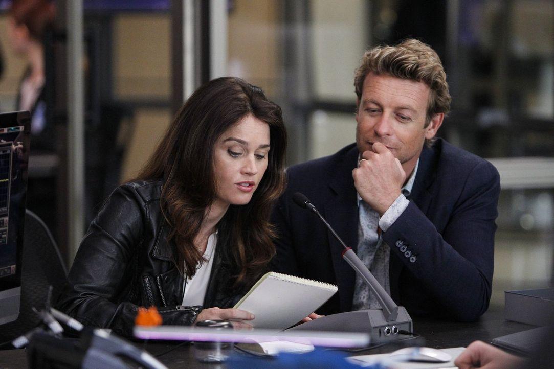 Teresa Lisbon (Robin Tunney, l.) steht vor einer schweren Entscheidung: Sie überlegt, ob sie ihrem neuen Liebhaber Pike nach Washington folgen soll.... - Bildquelle: Warner Bros. Television