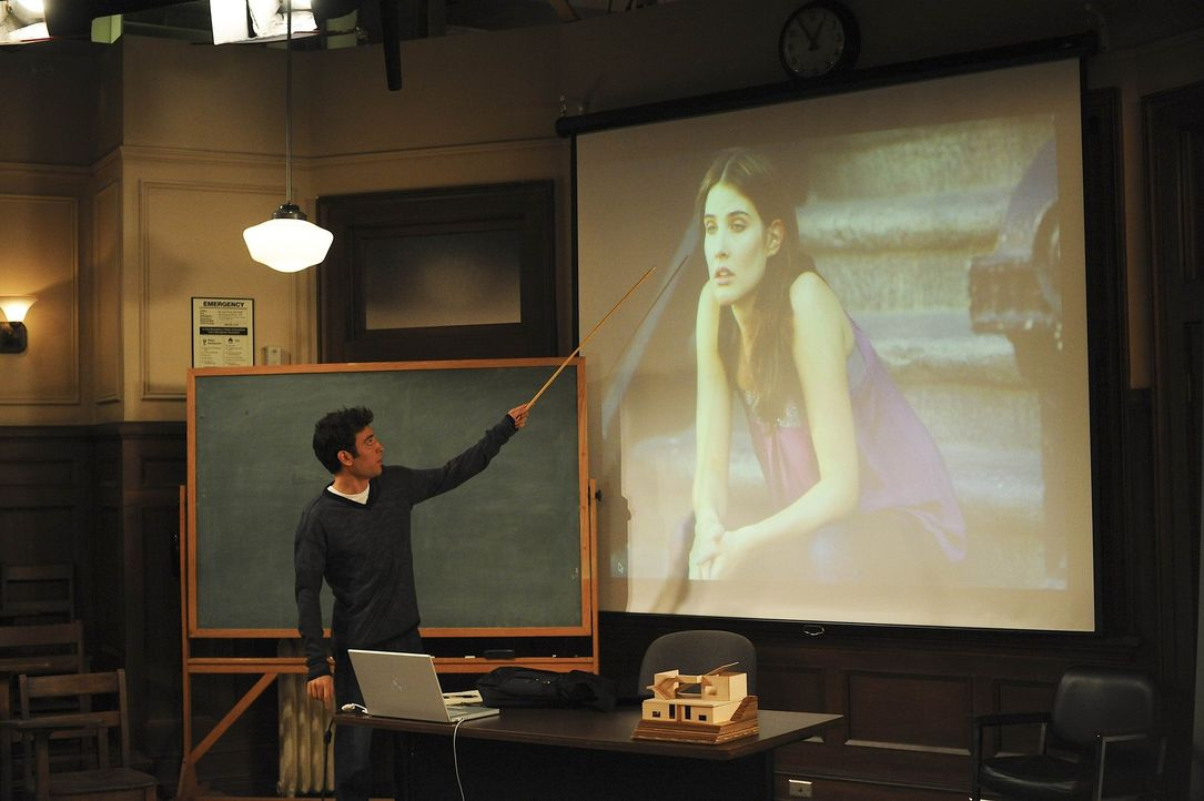 Ted (Josh Radnor, l.) gibt seinem Kumpel Barney im Hörsaal der Uni eine Art Robin-Grundkurs. Barney erfährt auf diese Weise, wie er in der Beziehu... - Bildquelle: 20th Century Fox International Television