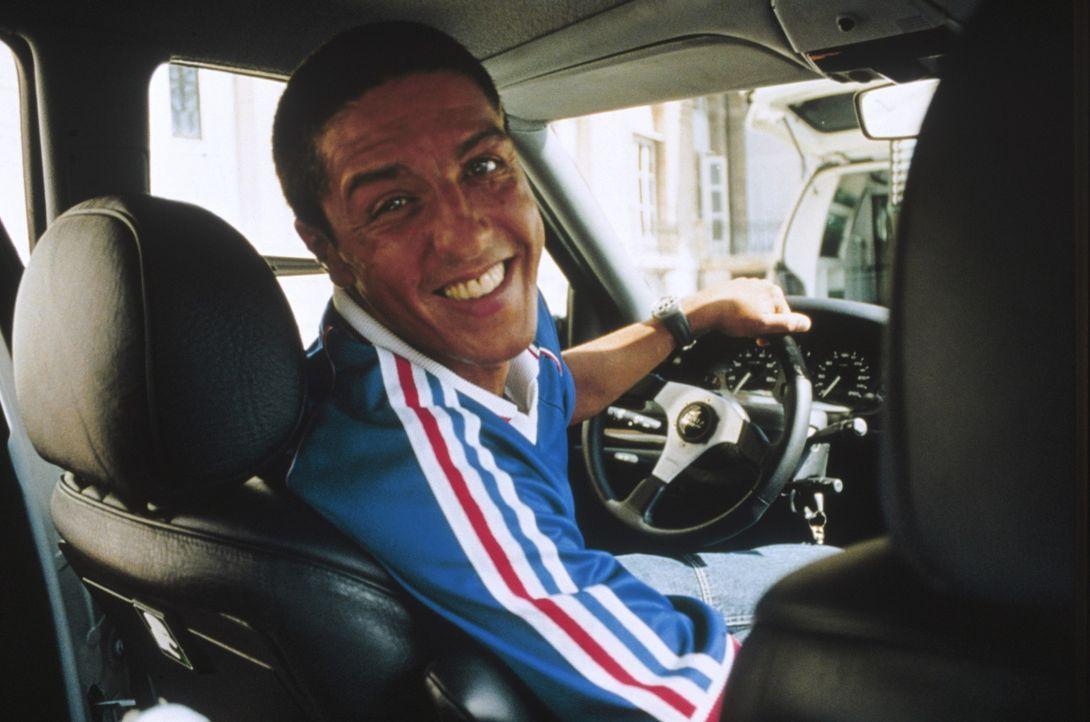 Wenn Taxichauffeur Daniel (Samy Nacéri) so grinst, dann sollten seine Fahrgäste sich auf einiges gefasst machen ... - Bildquelle: Tobis Studio Canal