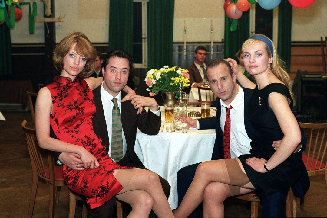 Ein Bild aus glücklichen Tagen: Renate Reger (Heike Makatsch, l.), Bruno Reger (Jan Josef Liefers, 2.v.l.), Franz Wolbert (Heino Ferch, 2.v.r.) und... - Bildquelle: Gordon Mühle Sat.1