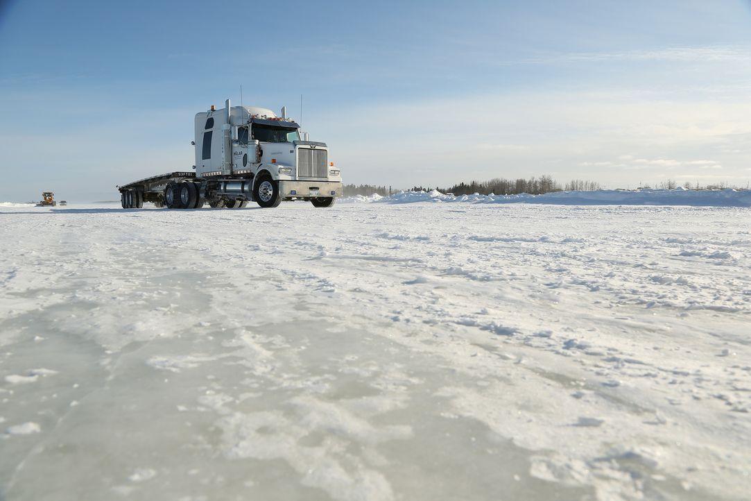 Drei Meter hoher Schnee erschwert den Truckern das Durchkommen. Man sieht ke... - Bildquelle: 2014 A+E Networks, LLC