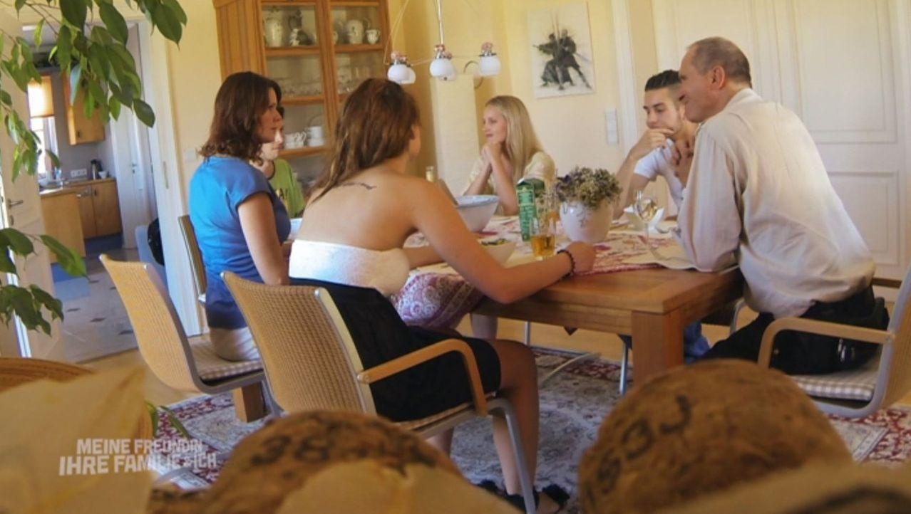 Caros (3.v.l.) Familie bringt Riccardo (2.v.r.) an den Rand der Verzweiflung: Vater Alexander (Bernd Dechamps, r.), Mutter Bibi (Bente Lay, l.), Aus... - Bildquelle: SAT.1