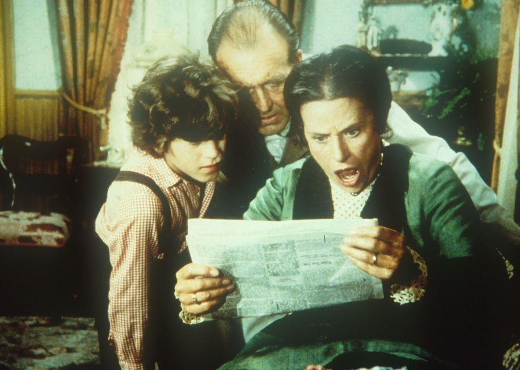 Willie (Jonathan Gilbert, l.), Mr. Oleson (Richard Bull, M.) und Mrs. Oleson (Katherine MacGregor, r.) sind entsetzt über einen Bericht in der Zeitu... - Bildquelle: Worldvision