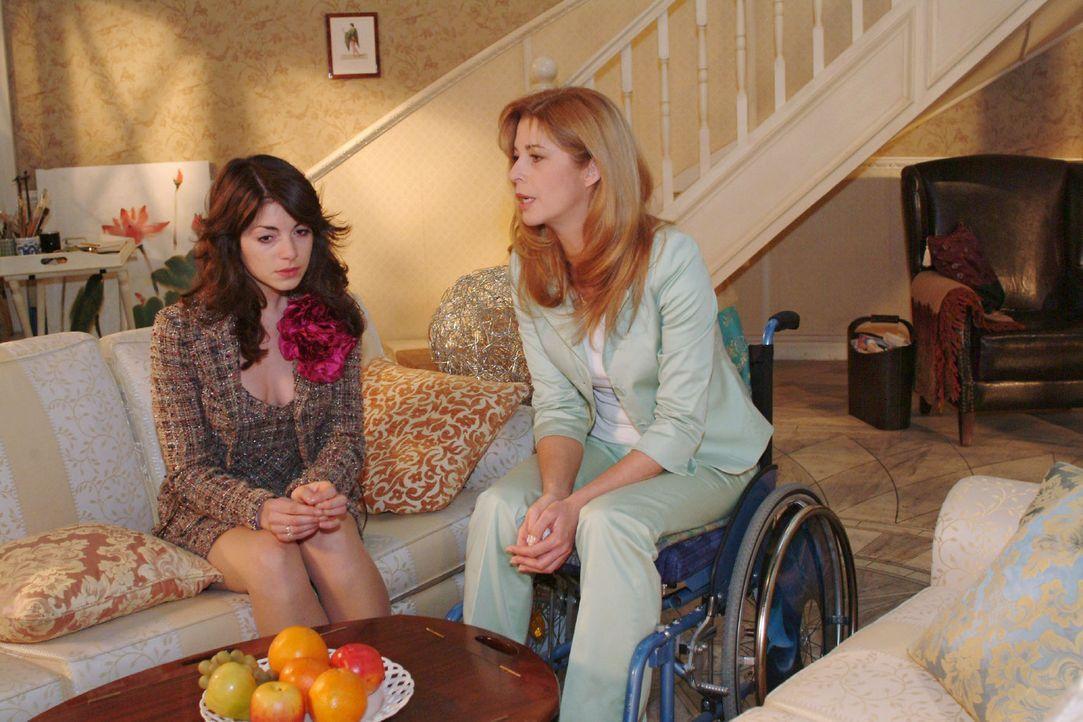 Laura (Olivia Pascal, r.) stellt Mariella (Bianca Hein, l.) zur Rede. - Bildquelle: Monika Schürle Sat.1