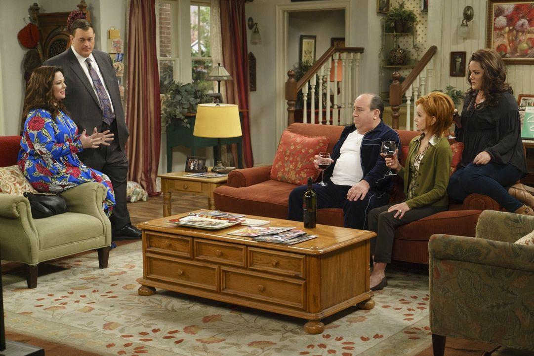Molly (Melissa McCarthy, l.) und Mike (Billy Gardell, 2.v.l.) bitten Vince (Louis Mustillo, 3.v.r.), Joyce (Swoosie Kurtz, 2.v.r.) und Victoria (Kat... - Bildquelle: Warner Brothers