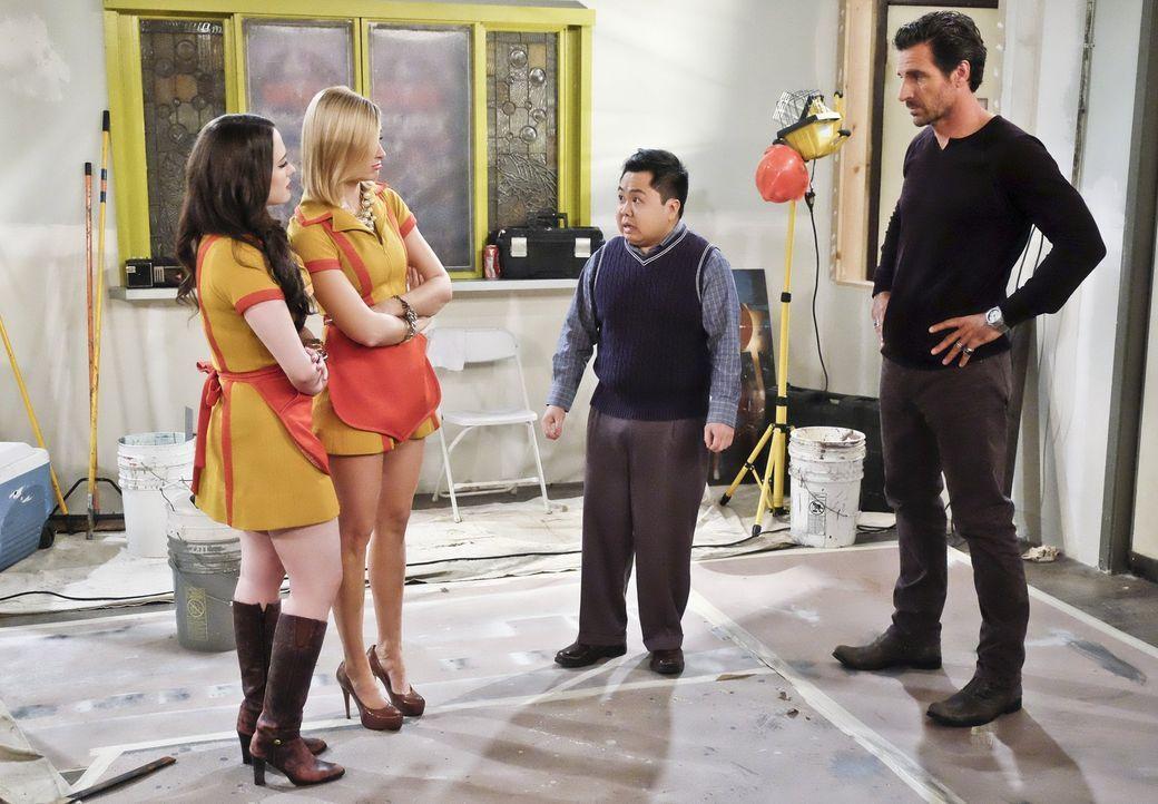 Max (Kat Dennings, l.), Caroline (Beth Behrs, 2.v.l.) und Randy (Ed Quinn, r.) machen sich Sorgen um Han (Matthew Moy, M.), weil dieser von einer ko... - Bildquelle: 2016 Warner Brothers