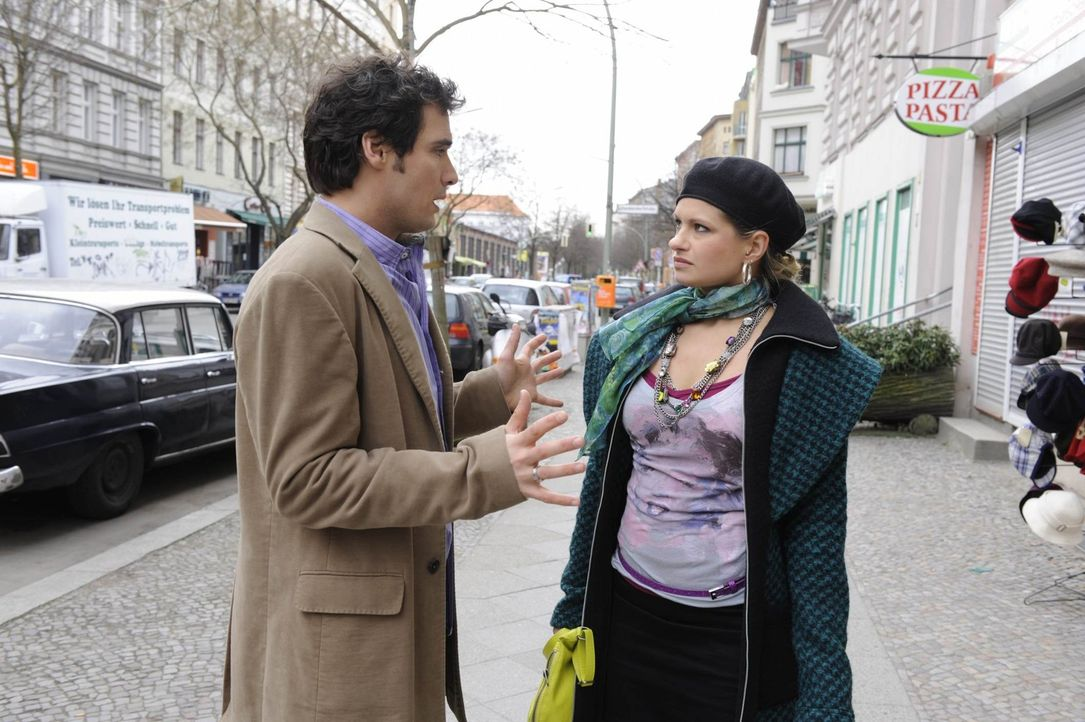 Mia (Josephine Schmidt, r.) glaubt, sich mit ihrer Analphabeten-Geschichte von Alexander (Paul Grasshoff, l.) verraten und verkauft und will auf kei... - Bildquelle: SAT.1