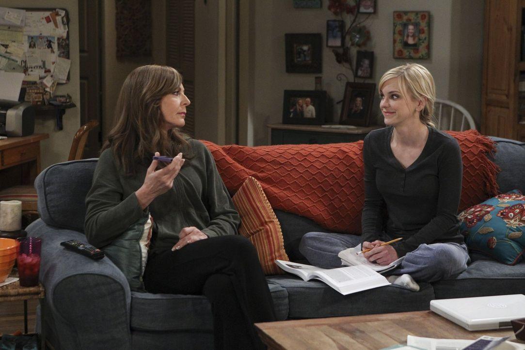 Als Bonnie (Allison Janney, l.) sich weigert, Adams Anrufe anzunehmen, nimmt Christy (Anna Faris, r.) die Sache in die Hand und überredet sie, sich... - Bildquelle: 2015 Warner Bros. Entertainment, Inc.
