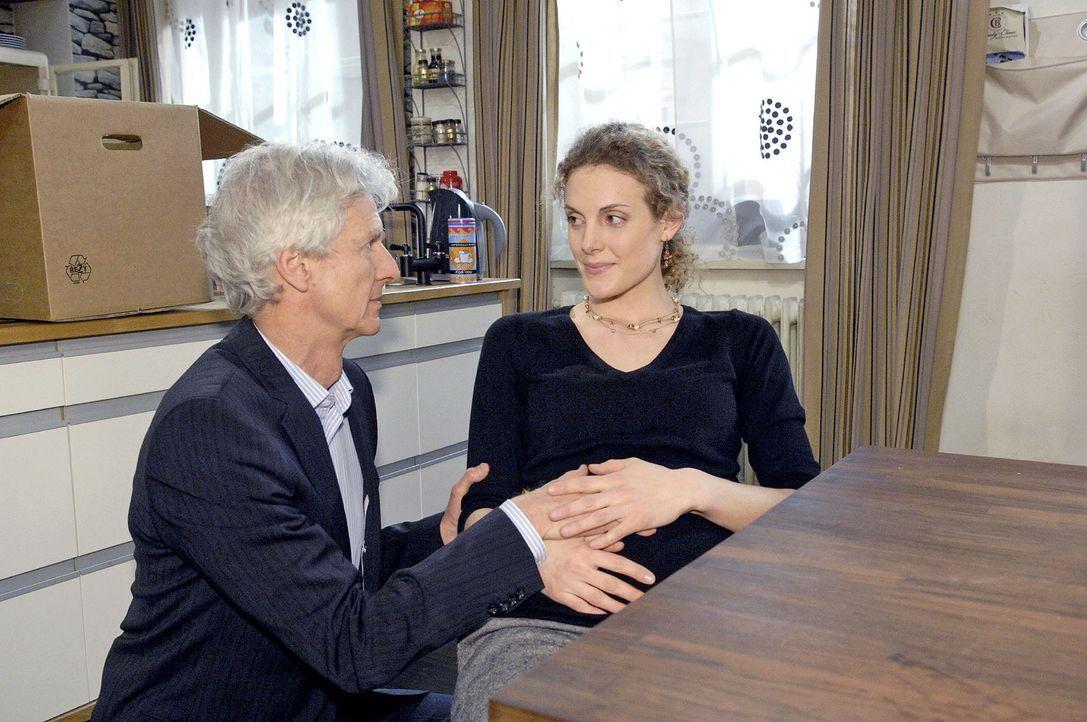 Robert (Mathieu Carrière, l.) macht Maja (Barbara Lanz, r.) klar, dass sie trotz seiner Arbeit die Nummer Eins in seinem Leben ist. - Bildquelle: Claudius Pflug Sat.1