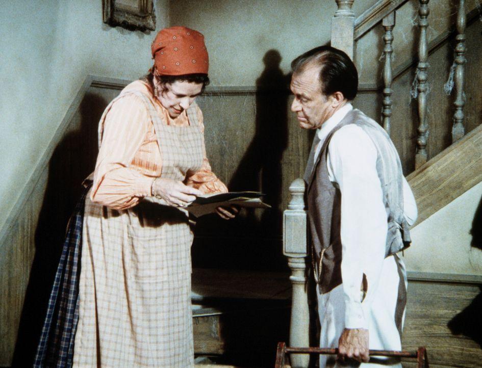Harriet Oleson (Katherine MacGregor, l.) zeigt ihrem Mann Nels (Richard Bull, r.) alte Papiere, die sie unter einer Treppenstufe gefunden hat. - Bildquelle: Worldvision