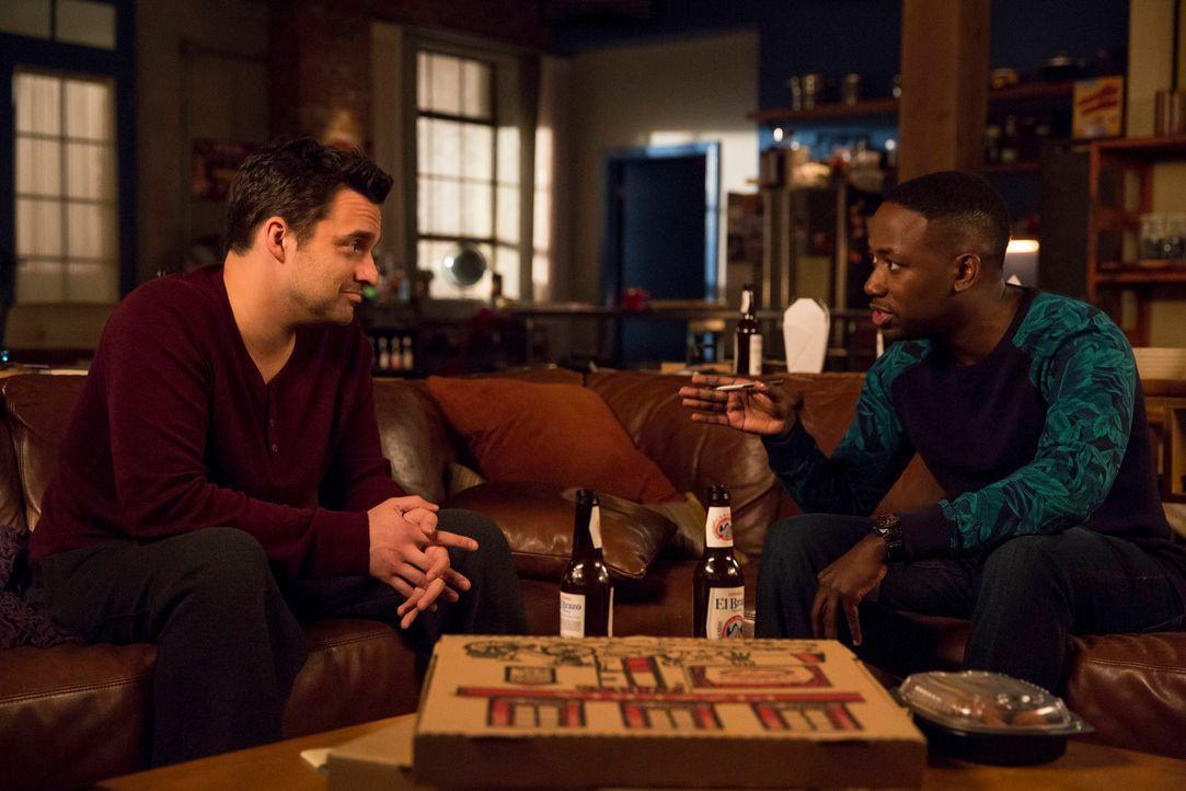 Winston (Lamorne Morris, r.) versucht Nick (Jake Johnson, l.) klar zu machen, dass dessen neue Freundin etwas verbirgt ... - Bildquelle: 2014 Twentieth Century Fox Film Corporation. All rights reserved.