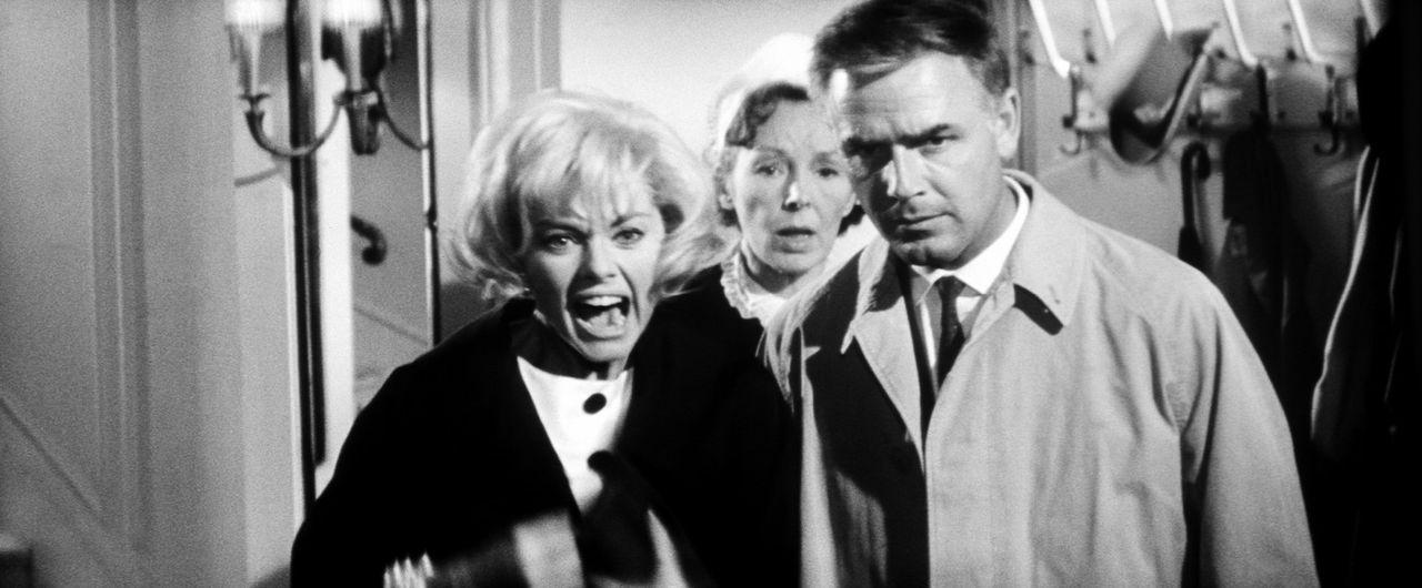 """Elise (Sophie Hardy, l.) und Inspektor Higgins (Joachim Fuchsberger, r.) sind zu spät - der """"Hexer"""" hat sein Opfer schon erledigt ... - Bildquelle: Constantin Film"""