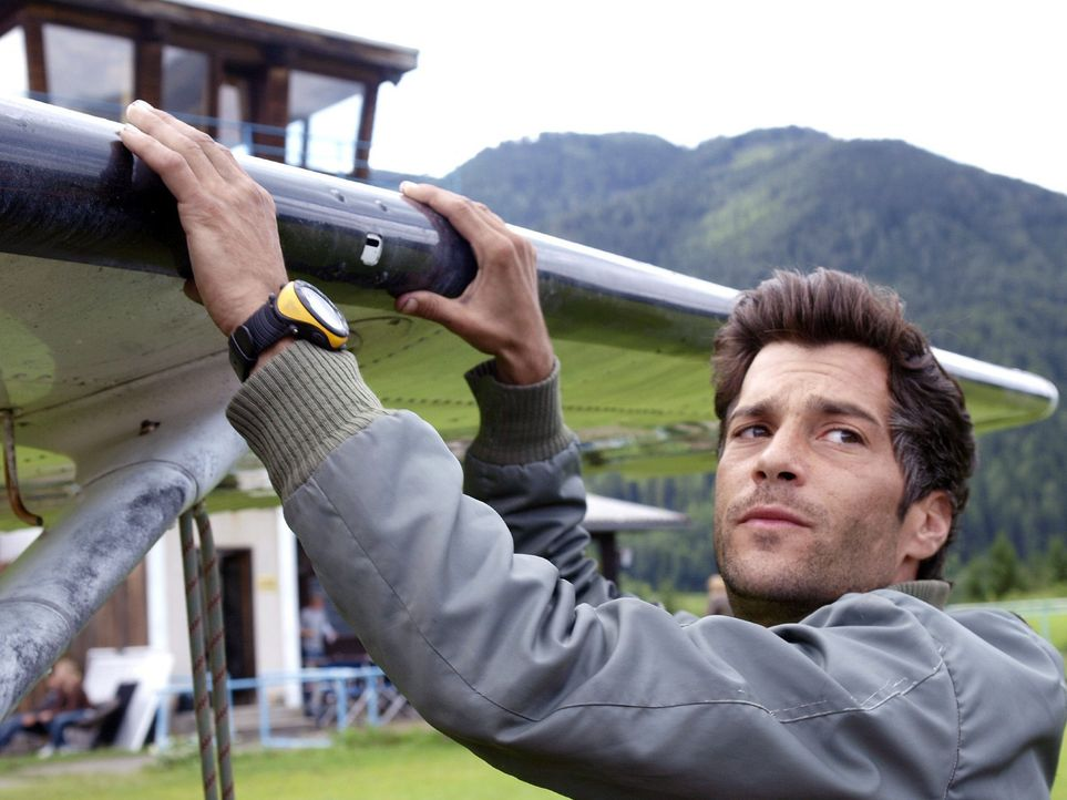 Tom (Xaver Hutter) ist skeptisch, ob Andrea seinen Bruder beim Fliegen ersetzen kann ... - Bildquelle: Sat.1