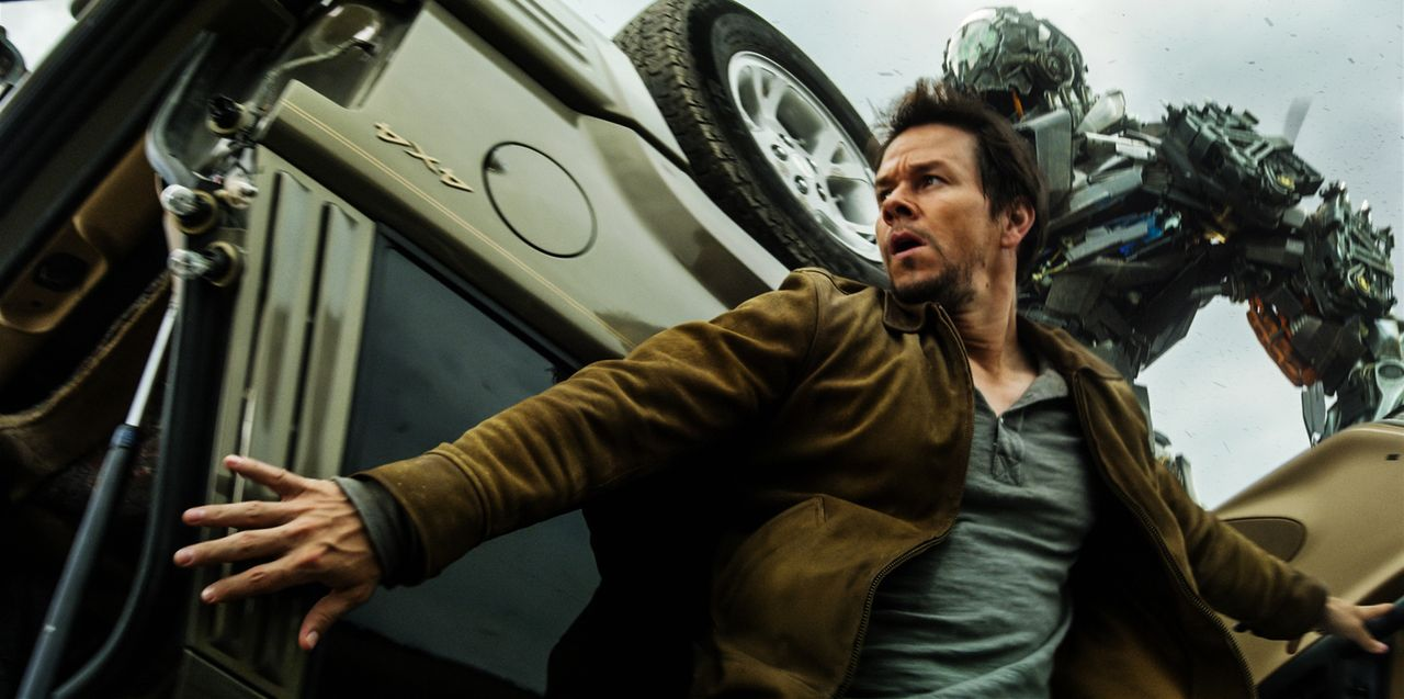 Als der Tüftler Cade Yaeger (Mark Wahlberg) beschließt, dem sich transformierenden Alien Optimus Prime und seinen Anhängern, den Autobots, zu helfen... - Bildquelle: (2016) Paramount Pictures. All Rights Reserved. TRANSFORMERS, its logo and all related characters are trademarks of Hasbro and are used with permiss