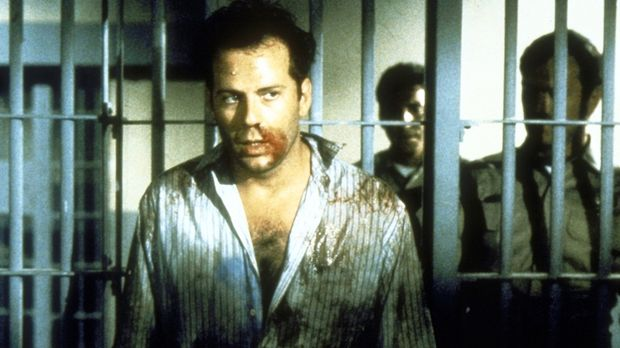 Dank der unberechenbaren Nadia endet Walters (Bruce Willis, vorne) Geschäftse...