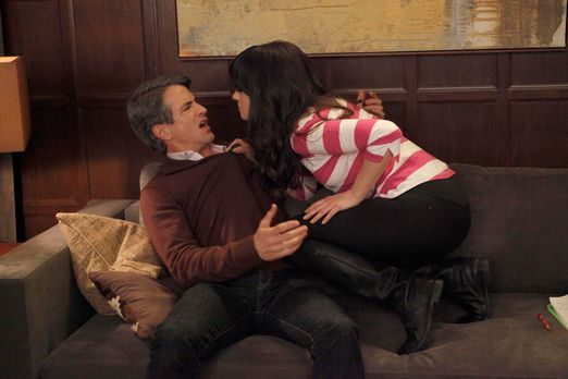 New Girl - Jess (Zooey Deschanel, r.) fürchtet, dass sie und Russell (Dermot...