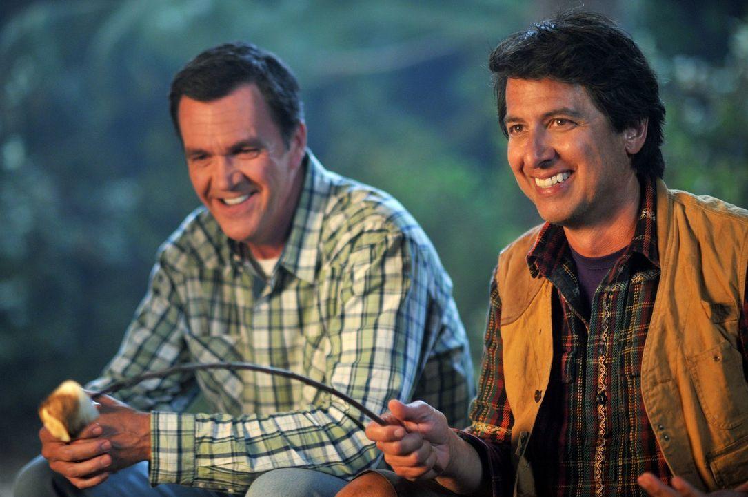 Ein Campingausflug der Familie Heck endet in Streitereien und versetzen Mike (Neil Flynn, l.) und Frankie zurück in die Vergangenheit, als ihre Flit... - Bildquelle: Warner Brothers